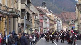 Desfile joven de los caballeros en Brasov almacen de video