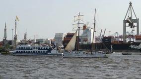 Desfile magnífico de la llegada del aniversario del puerto de Hamburgo