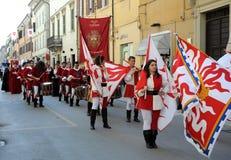 Desfile medieval con las banderas Imagen de archivo libre de regalías