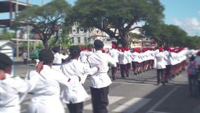 Desfile militar Soldados en uniformes ceremoniales que caminan a lo largo de la calle de la ciudad almacen de metraje de vídeo