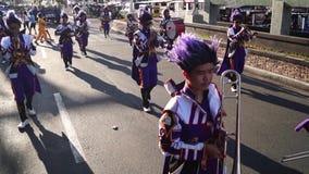 Desfile musical de la banda durante pompa de la flor de mayo metrajes