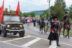 Desfile no dia da vitória com a participação dos alunos, dos cossacos e do equipamento militar Fotografia de Stock Royalty Free