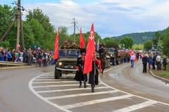 Desfile no dia da vitória com a participação dos alunos, dos cossacos e do equipamento militar Fotos de Stock Royalty Free