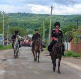 Desfile no dia da vitória com a participação dos alunos e dos cossacos Foto de Stock Royalty Free