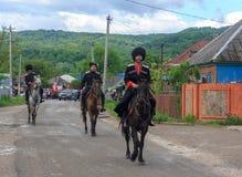 Desfile no dia da vitória com a participação dos alunos e dos cossacos Fotografia de Stock Royalty Free