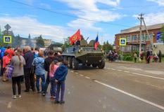 Desfile no dia da vitória com a participação dos alunos e do equipamento militar Fotografia de Stock Royalty Free