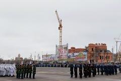 Desfile no quadrado de cidade principal em honra do aniversário 75 do Fotos de Stock