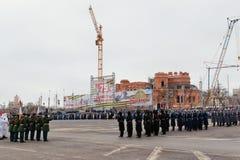 Desfile no quadrado de cidade principal em honra do aniversário 75 do Fotografia de Stock