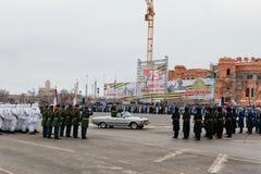 Desfile no quadrado de cidade principal em honra do aniversário 75 do Imagem de Stock
