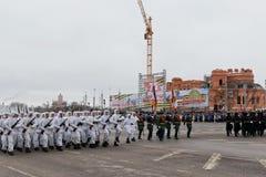 Desfile no quadrado de cidade principal em honra do aniversário 75 do Imagens de Stock