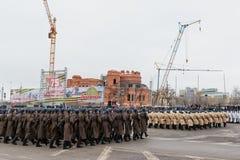 Desfile no quadrado de cidade principal em honra do aniversário 75 do Fotografia de Stock Royalty Free