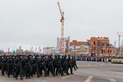 Desfile no quadrado de cidade principal em honra do aniversário 75 do Imagem de Stock Royalty Free