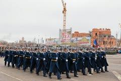 Desfile no quadrado de cidade principal em honra do aniversário 75 do Imagens de Stock Royalty Free