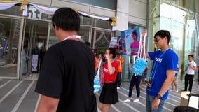 Desfile promocional polaroid del personal con los carteles de la publicidad metrajes