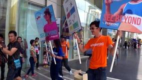 Desfile promocional polaroid del personal con los carteles de la publicidad almacen de metraje de vídeo