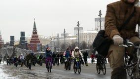 Desfile tradicional en Moscú, invierno 2018 de la bicicleta metrajes