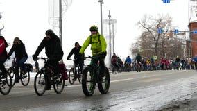 Desfile tradicional en Moscú, invierno 2018 de la bicicleta almacen de video