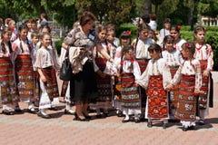 Desfile tradicional rumano de los trajes Imagenes de archivo