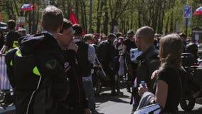 Desfile y demostración de los motoristas Dos individuos fuman almacen de metraje de vídeo