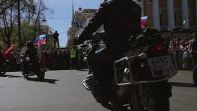 Desfile y demostración de los motoristas Lobos MG Rusia de la noche almacen de metraje de vídeo