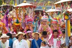 Desfiles del festival Poy-Cantar-largo en septentrional de Tailandia. fotos de archivo