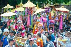 Desfiles del festival Poy-Cantar-largo en septentrional de Tailandia. fotografía de archivo
