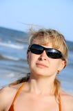 Desgastar da mulher nova óculos de sol imagem de stock royalty free