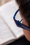 Desgastar do menino eyeglasses azuis imagem de stock royalty free
