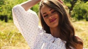 Desgaste bonito 'sexy' do modelo de forma da jovem mulher em um vestido à moda de um mar quente do jardim da natureza do verão do vídeos de arquivo