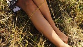 Desgaste bonito 'sexy' do modelo de forma da jovem mulher em um vestido à moda de um mar quente do jardim da natureza do verão do video estoque