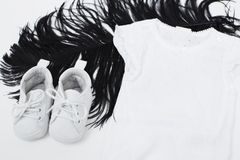Desgaste branco do bebê na pena preta Imagens de Stock Royalty Free