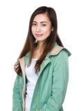 Desgaste de mujer asiático con el impermeable Imagen de archivo