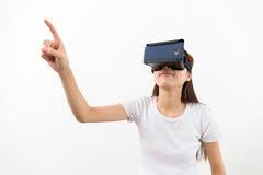 Desgaste de mujer joven con con el dispositivo de VR y el tacto del finger en aire Imágenes de archivo libres de regalías