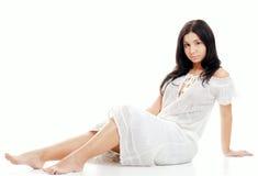 Desgaste de mulher latino-americano 'sexy' um vestido branco do laço Fotos de Stock Royalty Free