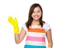 Desgaste del ama de casa a los pares de guantes de goma Fotos de archivo libres de regalías