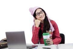 Desgaste del invierno del estudiante que lleva pensativo Fotos de archivo