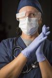 Desgaste femenino en cuestión de Wearing Protective Facial del doctor o de la enfermera Fotos de archivo