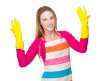 Desgaste joven del ama de casa con los guantes de goma Imagen de archivo