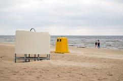 Desgaste a la gente de la playa del mar del cubo de la basura de la cabina del cambio Foto de archivo libre de regalías