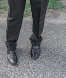 Desgaste masculino del zapato del negro del negocio de las piernas en el piso Imagenes de archivo