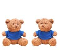 Desgaste pequeno do urso uma camisa azul isolada com fundo branco Fotos de Stock Royalty Free