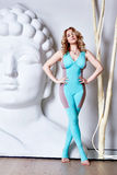 Desgaste perfeito da acrobata da ginasta da forma do corpo da mulher loura 'sexy' ocasional Fotografia de Stock Royalty Free
