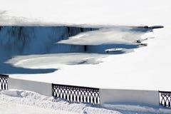 Deshiele en la charca, la primavera temprana y los derretimientos del hielo fotos de archivo