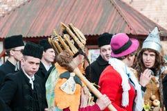 Deshuese a los hombres coronados en el invierno que termina a la muchedumbre tradicional del carnaval de Transylvanian foto de archivo