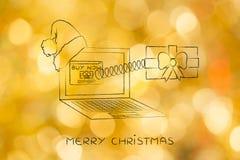 Desideri online di invio o di acquisto, regalo di Natale da lapt fotografia stock libera da diritti