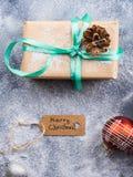 Desiderio del fondo di Buon Natale con il regalo Immagini Stock Libere da Diritti