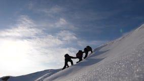 Desiderio di lavoro di squadra di vincere Mani di ciascuno del derajat degli scalatori per aiutare una salita dell'amico per comp stock footage