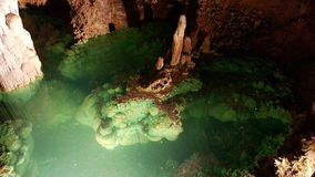 Desiderio stagno e delle colonne in Luray Caverns, la Virginia fotografie stock libere da diritti