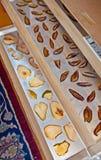 Desidratador do alimento com peras e as ameixas italianas da ameixa seca Fotografia de Stock