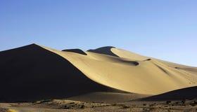 desierto amarillo y cielo azul Imágenes de archivo libres de regalías
